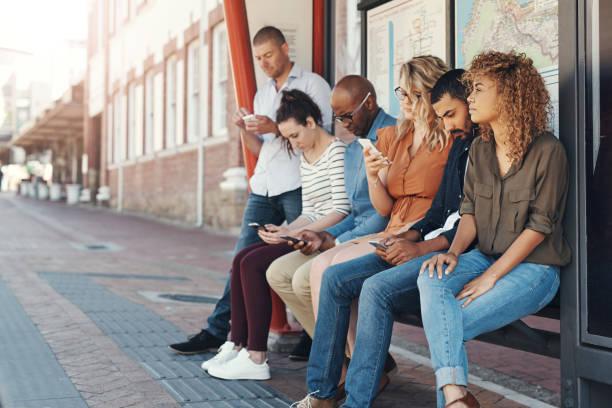 het passeren van de tijd als ze wachten - bushalte stockfoto's en -beelden