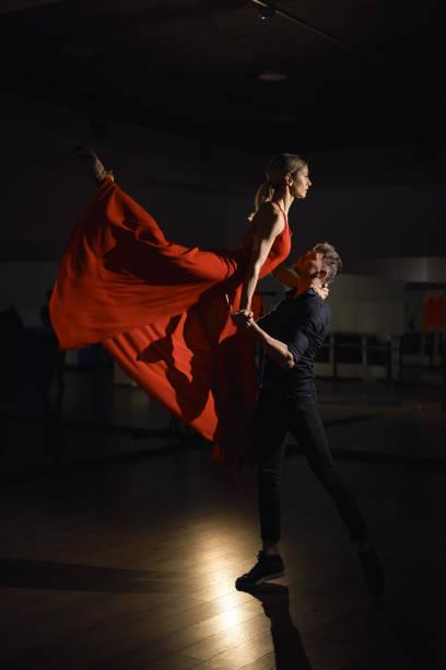 passion dance couple, woman jumping - tango taniec zdjęcia i obrazy z banku zdjęć