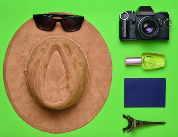 passion pour les voyages, le concept de nostalgie. voyage en france, paris. feutre, chapeau, appareil photo argentique, lunettes de soleil, passeport, bouteille de parfum, statuette de souvenir de la présentation de la tour eiffel sur un fond de papier ve - camera sculpture photos et images de collection