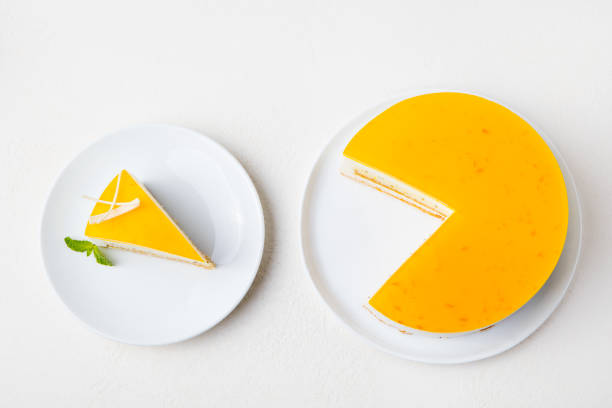 passionsfrucht/maracuja-kuchen, mousse dessert auf einem weißen teller. ansicht von oben. - käsekuchen kekse stock-fotos und bilder
