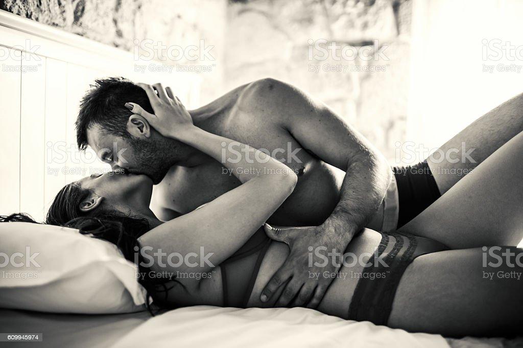 Leidenschaftlich Paar im Bett – Foto