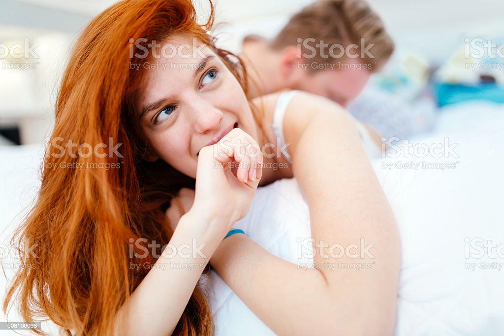 Молодая пара занимаются страстной любовью