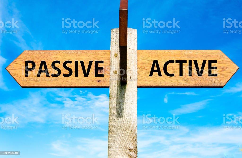 Pasividad frente a los mensajes activos de cambio de imágenes conceptuales y de estilos de vida - foto de stock