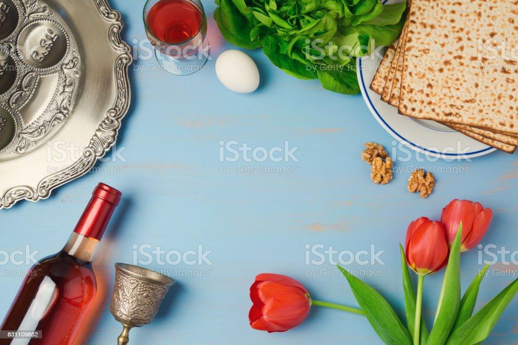 Ostern Urlaub Konzept Seder Platte Matzoh, Tulpen und Blumen Weinflasche auf hölzernen Hintergrund. Draufsicht von oben – Foto