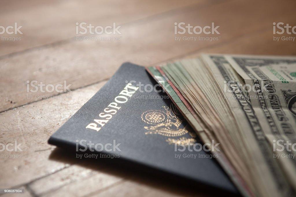 Pass- und US-Dollarnoten auf hölzernen Hintergrund – Foto