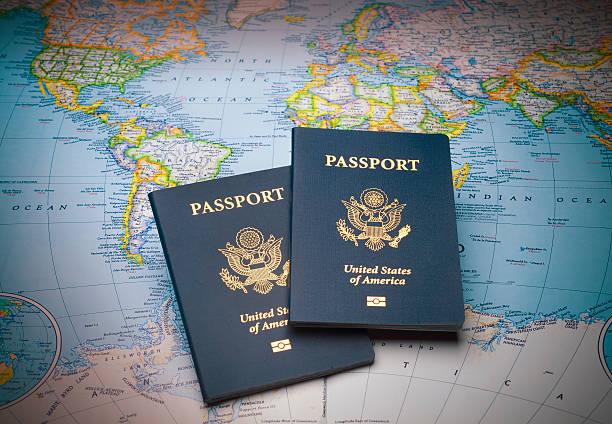 passaportes em um mapa do mundo - viagem aos estados unidos - fotografias e filmes do acervo