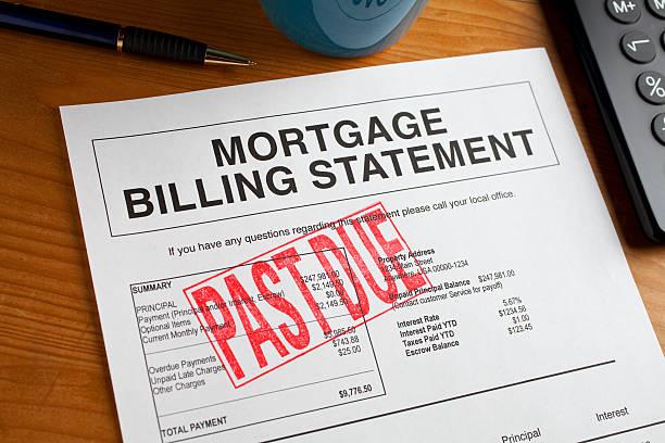 envíos atrasados mortgage declaración sobre un escritorio. - embargo hipotecario fotografías e imágenes de stock