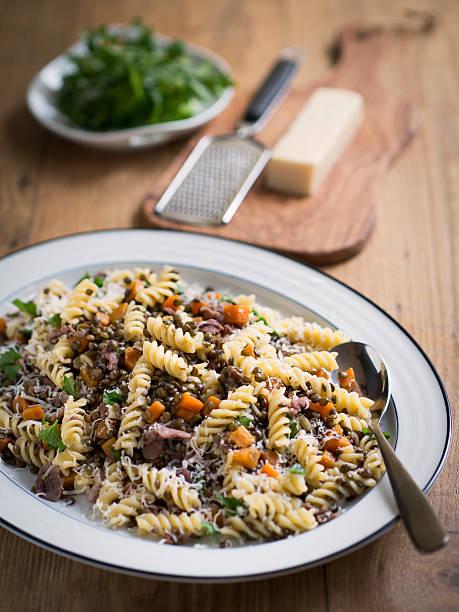 pasta and green lentil salad - linseneintopf mit speck stock-fotos und bilder