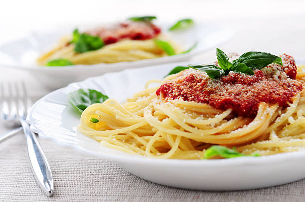 pasta mit tomaten sauce - italienische speisekarte stock-fotos und bilder