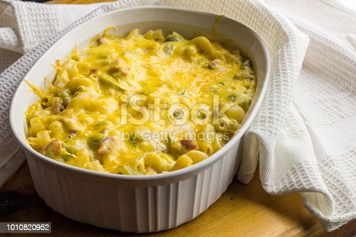 istock Pasta bake close up - Creamy macaroni, cheese, green pepper and bacon background 1010820952
