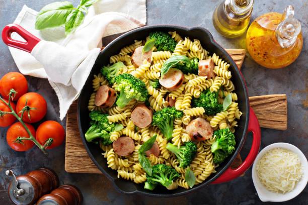 nudelauflauf mit wurst und broccoli - huhn brokkoli auflauf stock-fotos und bilder