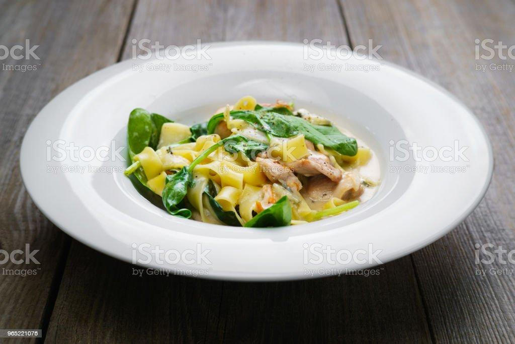Pasta Fettuccine with chicken and spinach zbiór zdjęć royalty-free