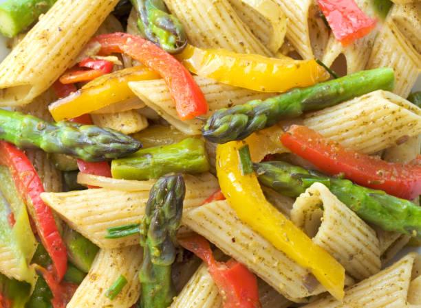nudeln mit gebratenem spargel, paprika mit grünem pesto - pasta deli stock-fotos und bilder