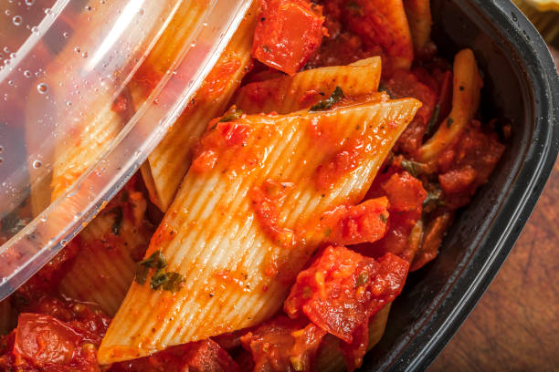 Pasta in Tomatensauce im Kunststoffbehälter – Foto