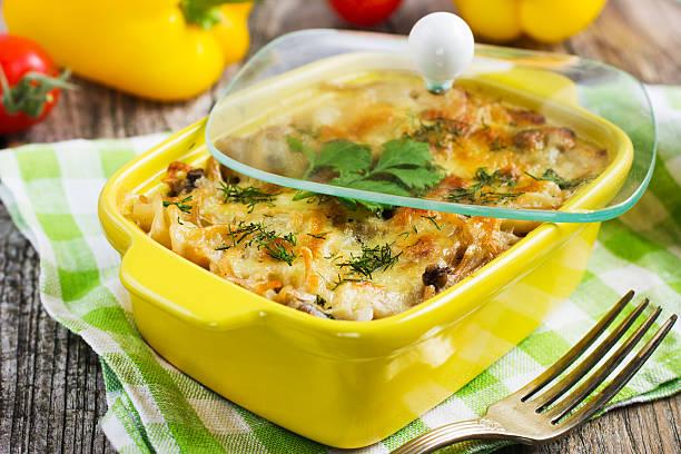 pasta, pilzen und käse überbackene in auflaufgericht - käse zucchini backen stock-fotos und bilder