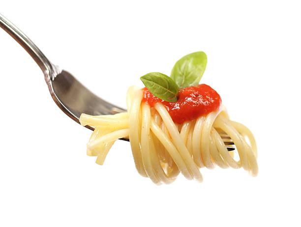 nudeln auf eine gabelung - spaghetti tomatensauce stock-fotos und bilder