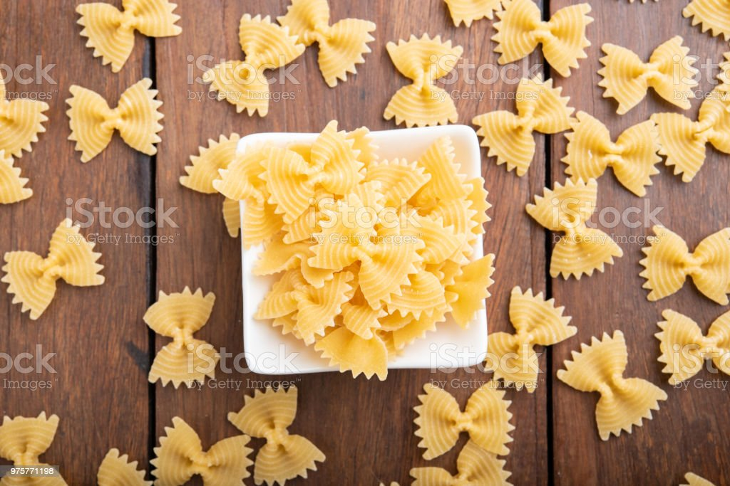 Pasta auf hölzernen Hintergrund - Lizenzfrei Ausgedörrt Stock-Foto