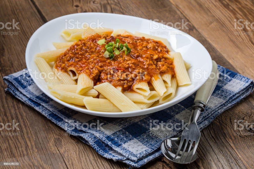 Pasta Penne mit Tomaten-Bolognese-Sauce. – Foto