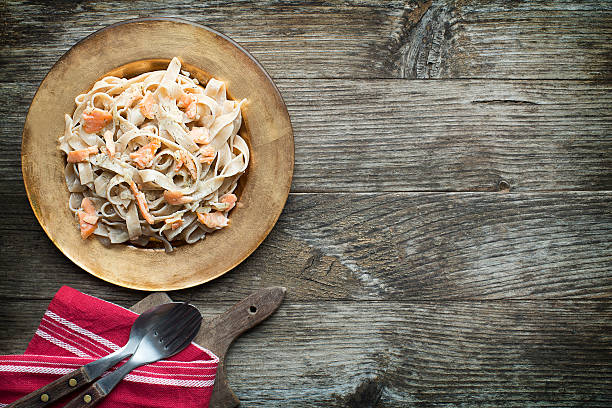 pasta - spaghetti mit lachs stock-fotos und bilder