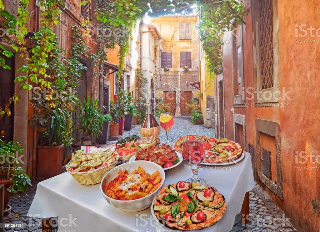 Makarna, pizza ve Restoran Roma'ev yapımı yiyecek düzenleme - Royalty-free Antik Stok görsel