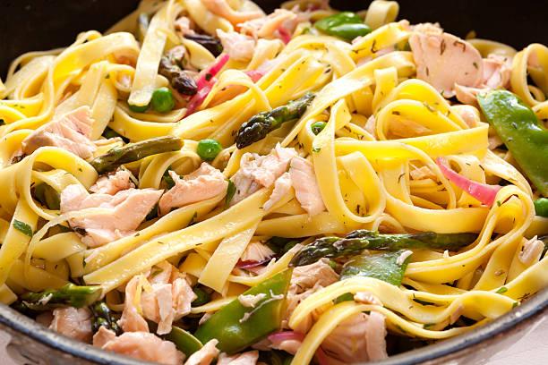 pasta primavera mit pochierter lachs - spaghetti mit lachs stock-fotos und bilder