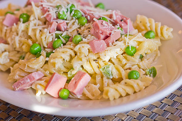 nudelsalat schinken erbsen - pasta deli stock-fotos und bilder