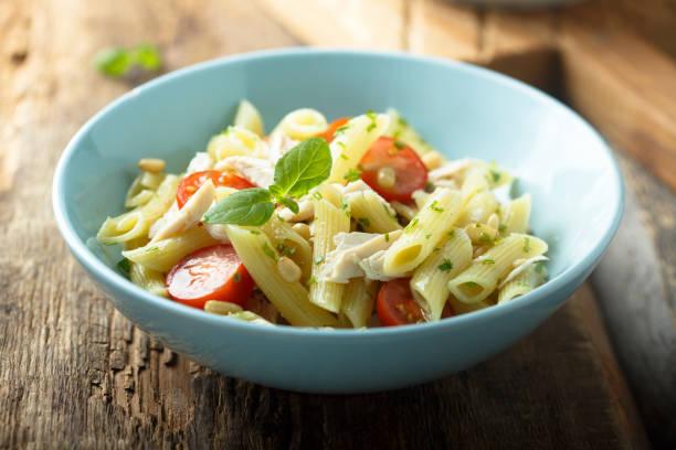 pasta-salat - gesunde huhn pasta stock-fotos und bilder