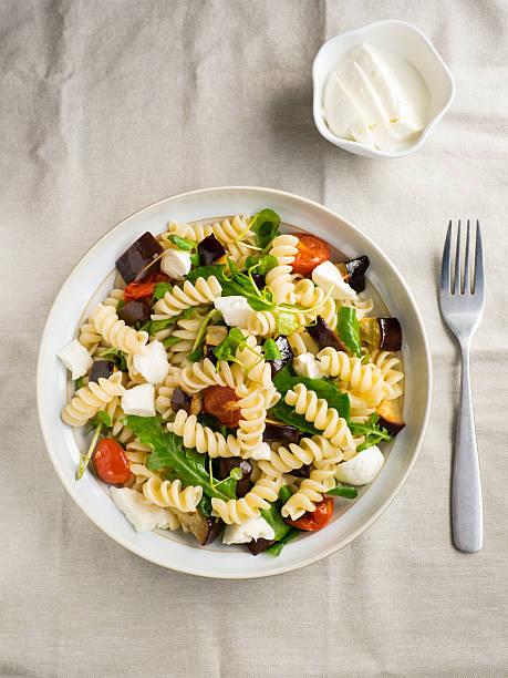 pasta salad - nudelsalat zum grillen stock-fotos und bilder