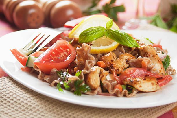 pasta, salat mit hühnchen und gemüse - nudelsalat zum grillen stock-fotos und bilder