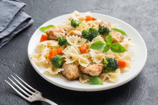 nudelsalat mit huhn - gesunde huhn pasta stock-fotos und bilder