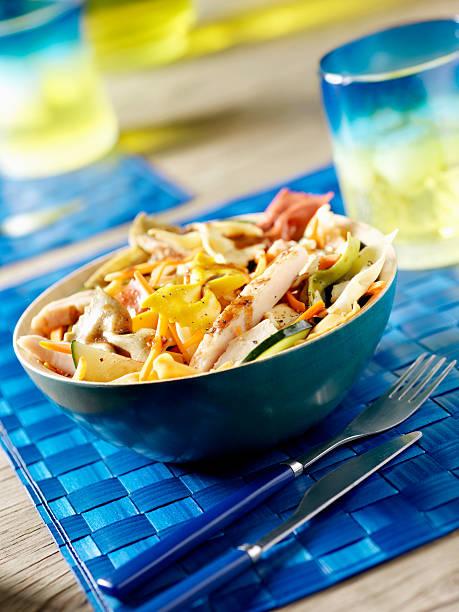 pasta-salat mit hähnchen vom grill - picknick tisch kühler stock-fotos und bilder
