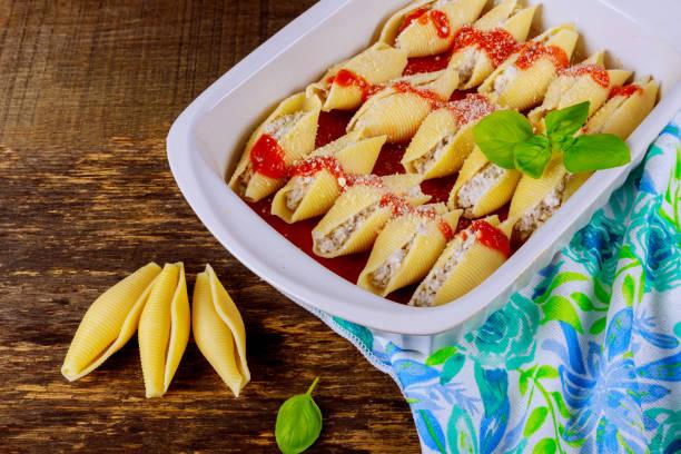 義大利面殼塞滿了碎牛肉肉和香草和番茄醬 - 塞滿的 個照片及圖片檔