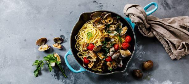 pasta spaghetti alle vongole skaldjur pasta med musslor i stekning matlagning pan - pasta vongole bildbanksfoton och bilder