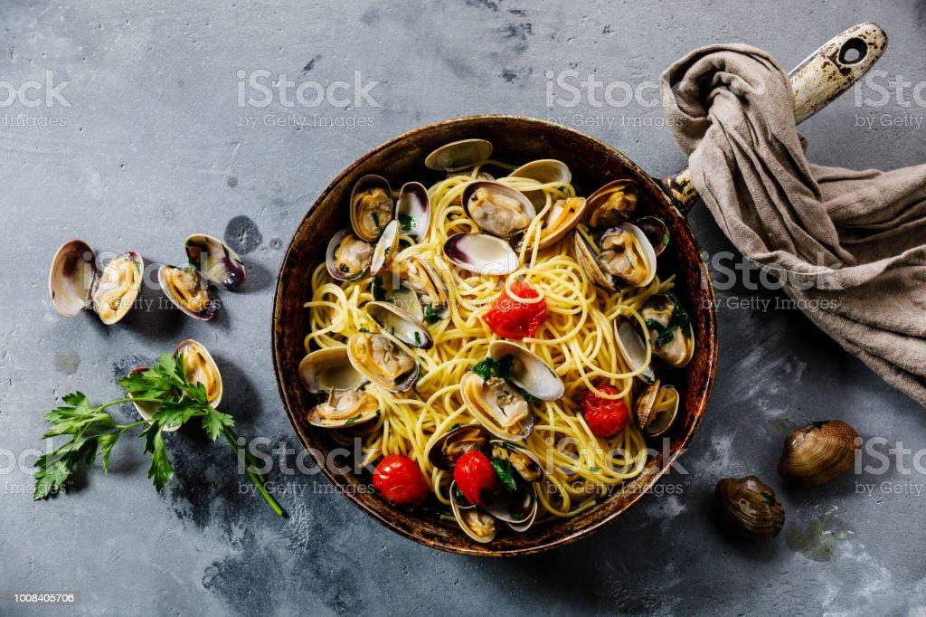 Pasta Spaghetti alle pasta de mariscos Vongole con almejas en sartén cocinar pan - foto de stock