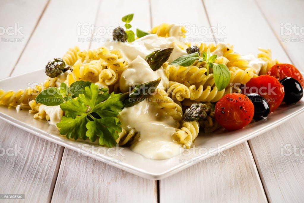 Makarna, beyaz sos ve sebze royalty-free stock photo
