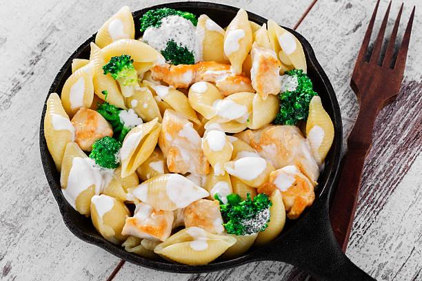 pasta mit broccoli und huhn - huhn brokkoli auflauf stock-fotos und bilder