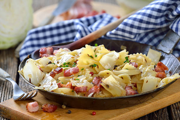 Pasta with cabbage and bacon – Foto