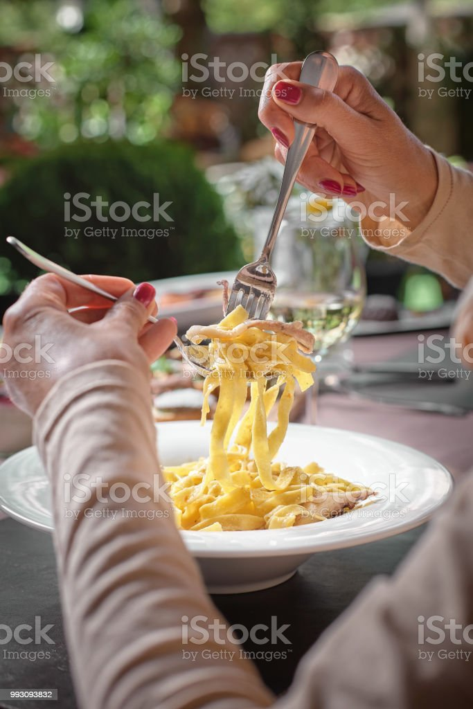 Macarrão com Lula, macarrão à Carbonara, espaguete com pancetta, frutos do mar. Espaguete de lulas na chapa branca. Macarrão Mediterrâneo. frutos do mar. Comida italiana. - foto de acervo