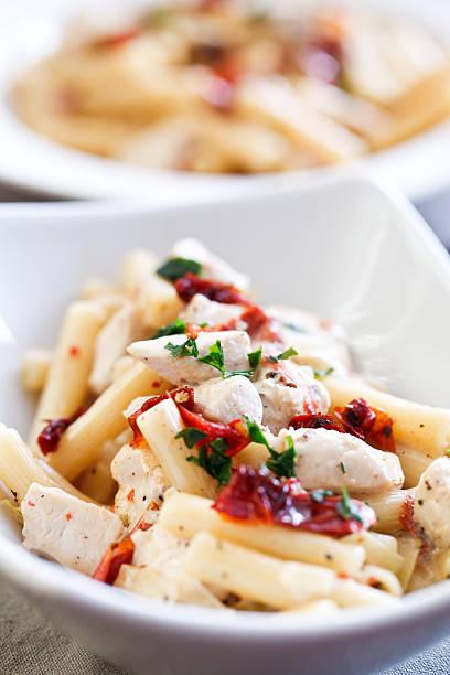 nudeln mit hühnchen und getrockneten tomaten - gesunde huhn pasta stock-fotos und bilder
