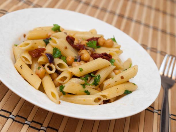 Pasta mit Kichererbsen und sonnengetrockneten Tomaten – Foto