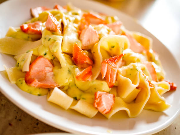 pasta mit sahne und lachs - spaghetti mit lachs stock-fotos und bilder