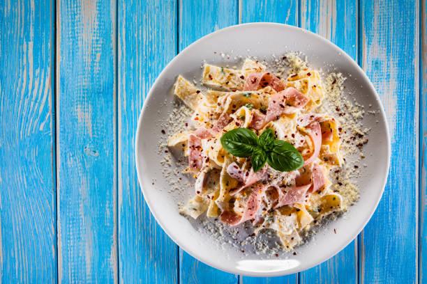 Pasta mit Sahnesauce und Schinken – Foto