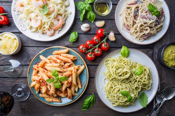 macarrão com diferentes tipos de molho - comida italiana - fotografias e filmes do acervo