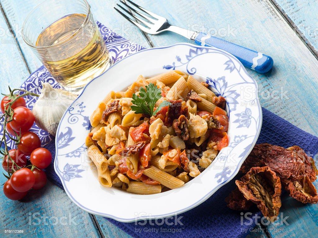 pasta mit Fisch und getrockneten Tomaten-ragout – Foto