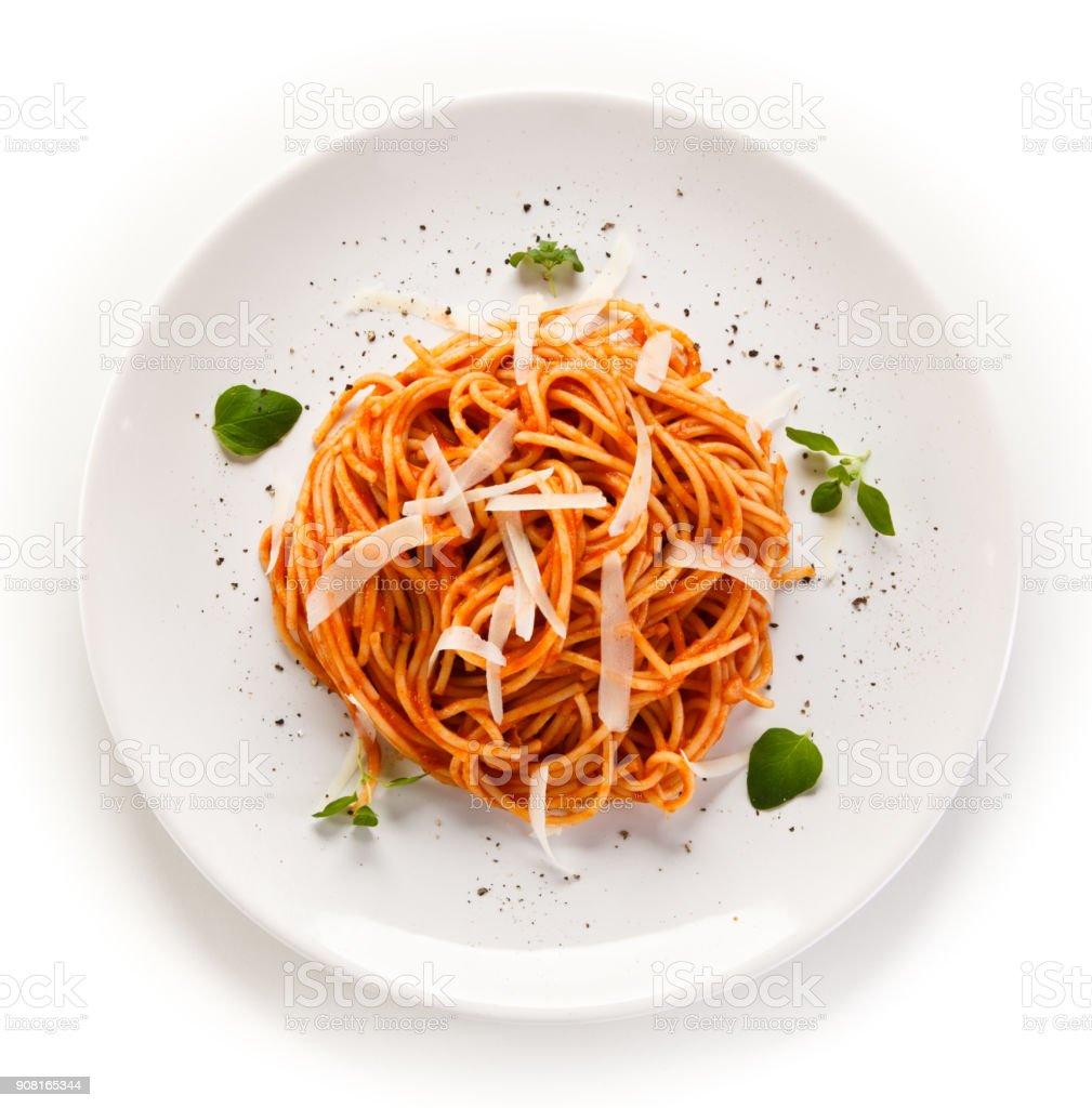 Pasta mit Fleisch und Gemüse auf weißem Hintergrund – Foto