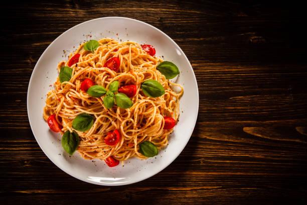 nudeln mit fleisch und gemüse - spaghetti tomatensauce stock-fotos und bilder
