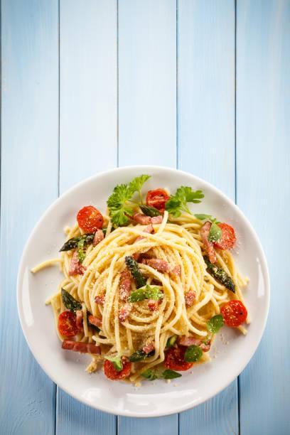 pasta mit fleisch und gemüse - spaghetti tomatensauce stock-fotos und bilder