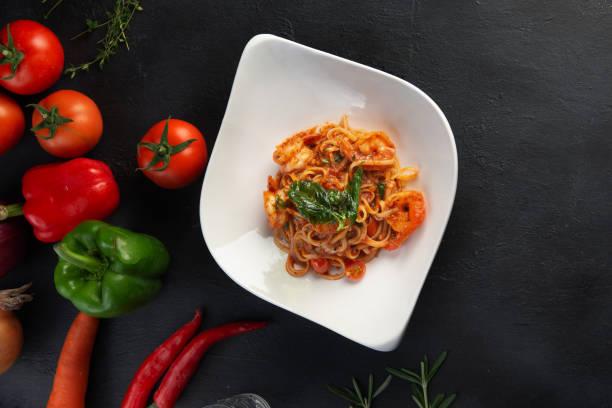 Macarrão com carne, molho de tomate e legumes - foto de acervo