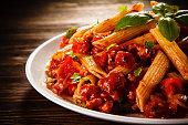 パスタ、お肉や野菜、トマトソースがけ