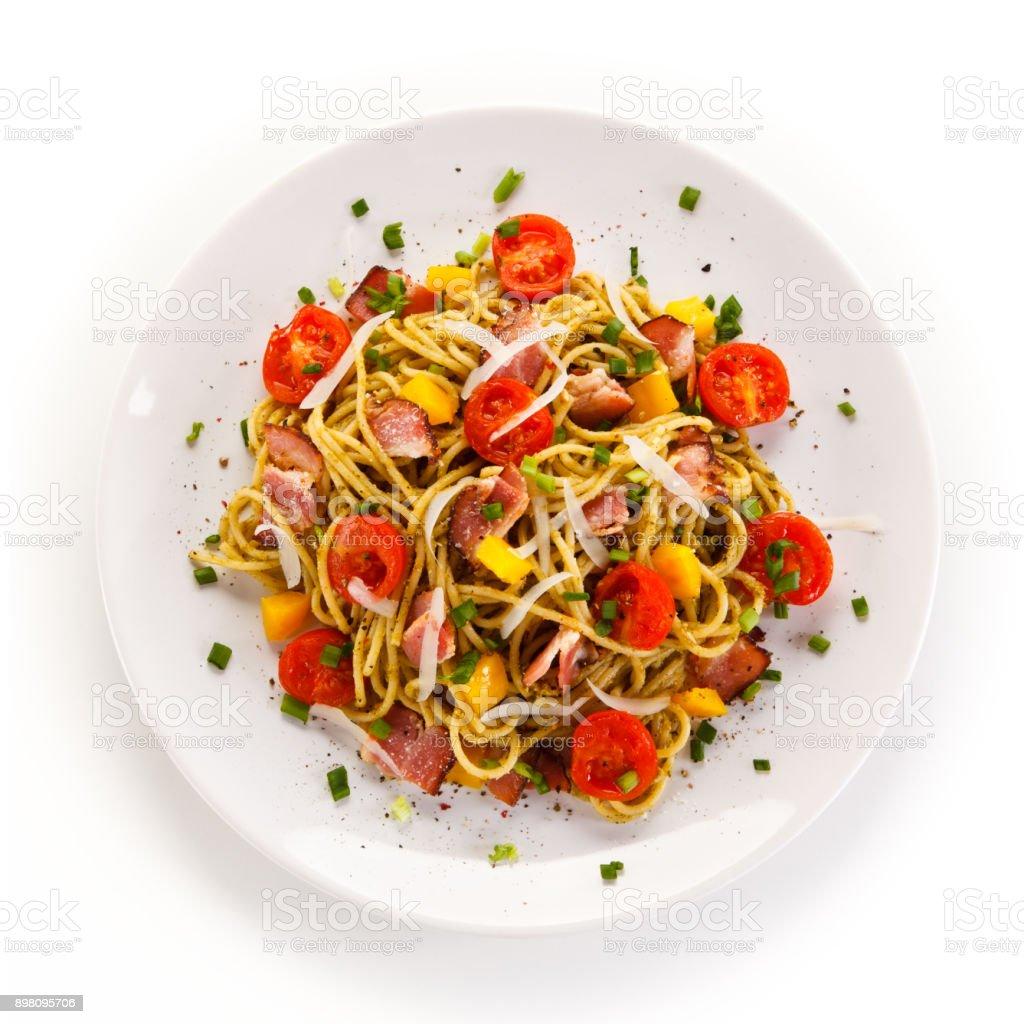 Nudeln mit Fleisch, Gemüse und Tomaten-sauce – Foto